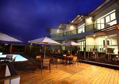 iguana-crossing-exteriores-piscina-noche