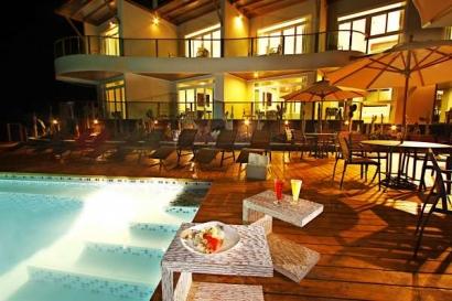 iguana-crossing-piscina-cocteles-noche